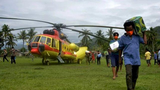 tersenyum saat bantuan datang, stok makanan terbatas usai gempa, ratusan warga di majene terisolir