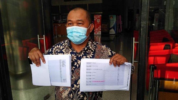 koordinator maki boyamin saiman usai menyerahkan bukti terkait kasus djoko tjandra di gedung merah putih kpk, jakarta, rabu (16/9/2020).