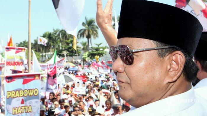 capres prabowo subianto menyapa para warga saat kampanye di benteng kuto besak, palembang, kamis 12 juni 2014. (foto dokumentasi).