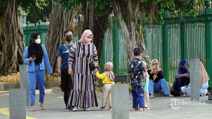 kecewa monas ditutup wisatawan berfoto di luar pagar 20210515 215249